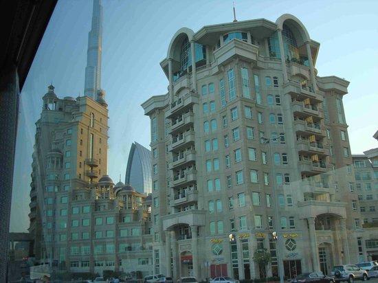 Al Murooj Rotana: Vista de los jardines del hotel