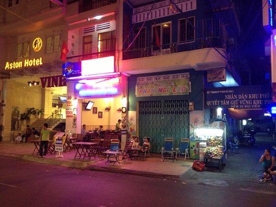 Nhat Thao Guesthouse: Eingang neben dem ASton Hotel