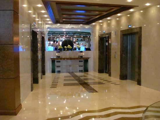 Roda Al Murooj: Lobby de los ascensores