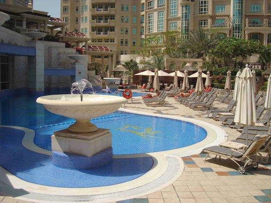 Roda Al Murooj: Piscina del hotel