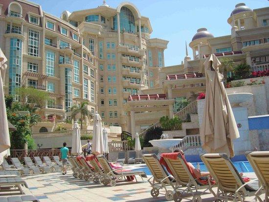Roda Al Murooj: Jardín y vista posterior del hotel