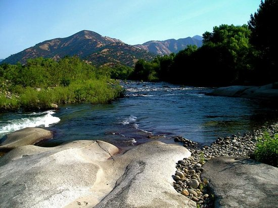 Rio Sierra Riverhouse: The view from Rio's river beach north to Sequoia Park
