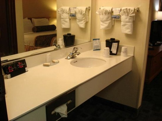 Baymont Inn & Suites Miami Airport West/Doral: Washroom area