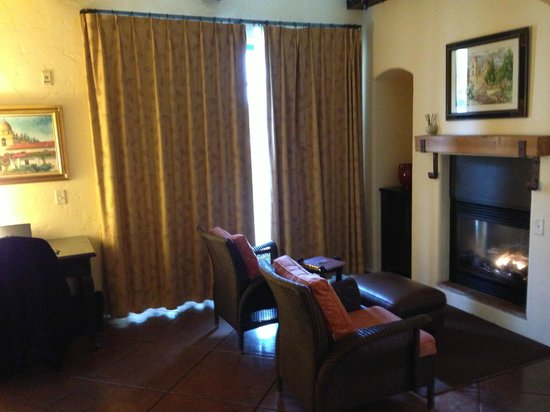 Spanish Garden Inn: Loved the fireplace!