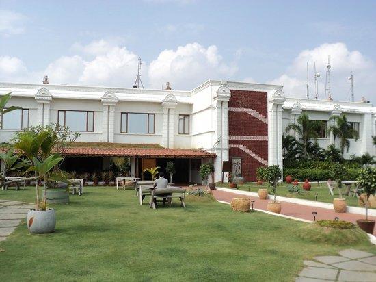 Chariot Beach Resort : Hotel rooms facing pool & garden