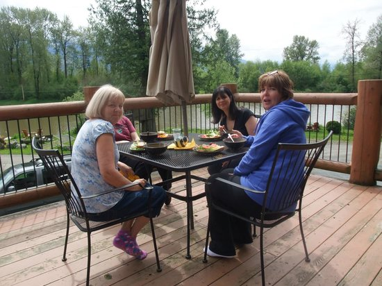Eagle Tree Lodge: lunch on the deck