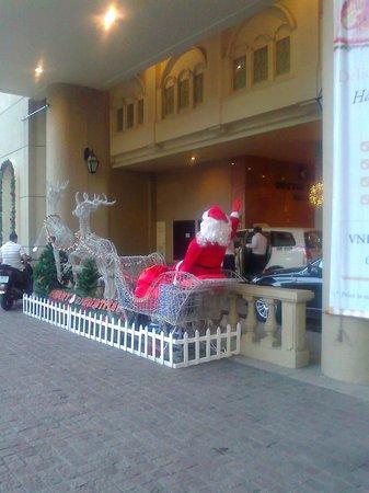 Duxton Hotel Saigon: Daytime Santa