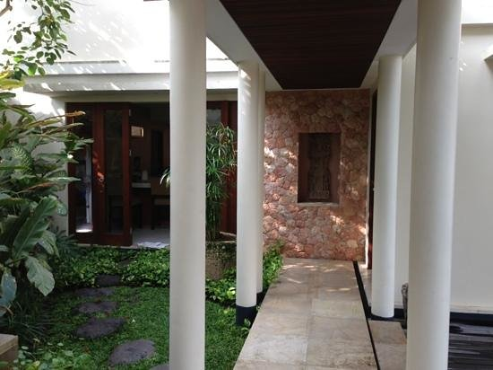 Villa Sakti: entrance to kitchen