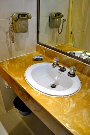 Bangkok Centre Hotel: Bathroom sink