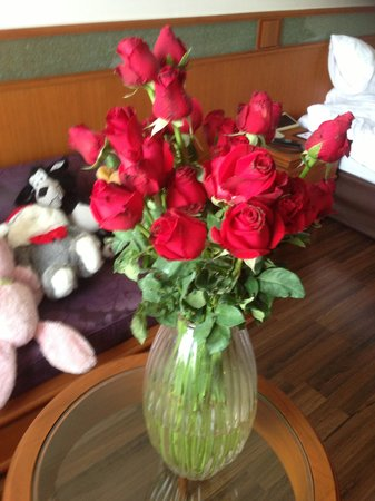 Bangkok Hotel Lotus Sukhumvit: vase and flowers trimmed by staff