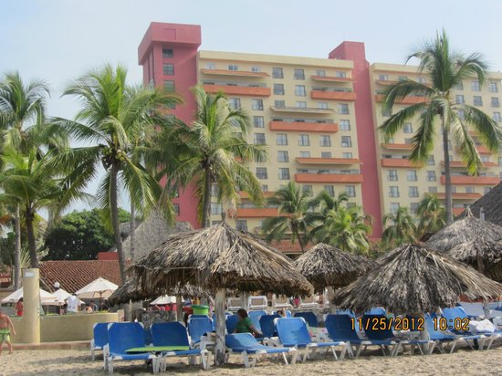Holiday Inn Resort Ixtapa: view of resort from the beach