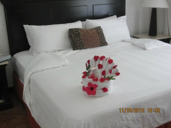 Holiday Inn Resort Ixtapa: towel design on our bed daily