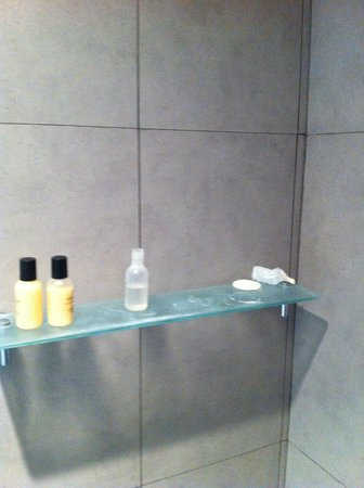 Golden Tulip Mandison Suites: shower after housekeeping had cleaned the room