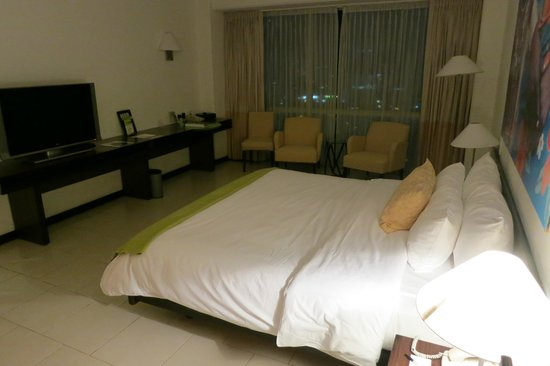 Radisson Decapolis Hotel Panama City: king size bed and enough space to put in a rollaway bad