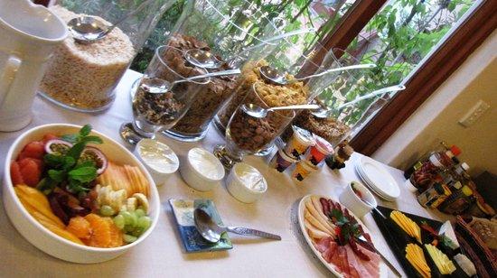 Sandfields Guesthouse: Breakfast buffet