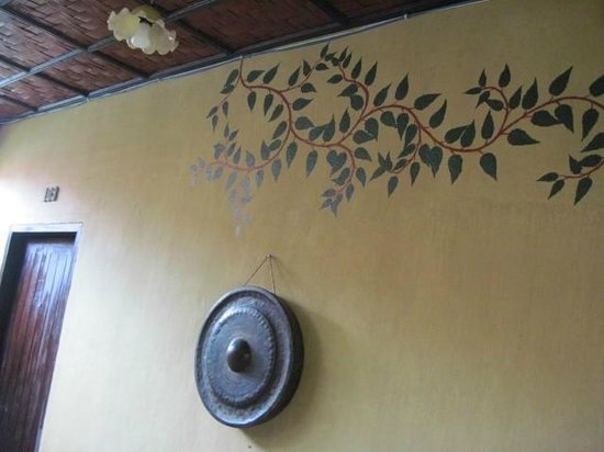 Maison Dalabua Hotel: Wall decor