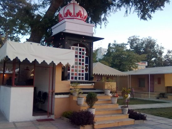 Raas Leela Luxury Camps: Reception anext to a temple in front of the room / tent