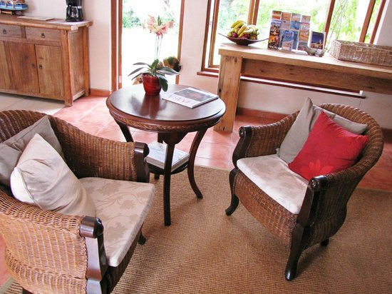 Sandfields Guesthouse: Lounge seating