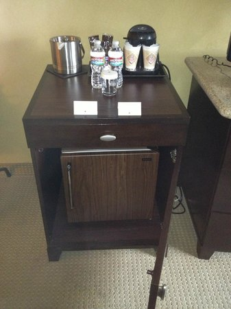 DoubleTree Club by Hilton Orange County Airport: Fridge & Coffee