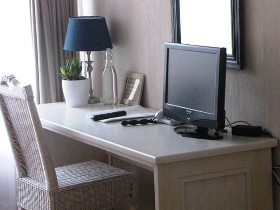 Sandfields Guesthouse: Room desk area