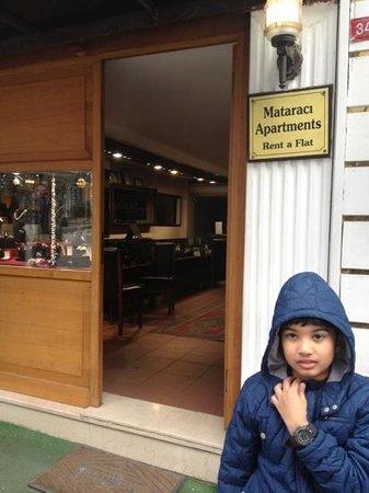 Mataraci Apart Istanbul: the front door - thru their jewellery shop