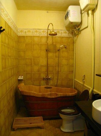 Saphir Dalat Hotel: 木頭浴缸