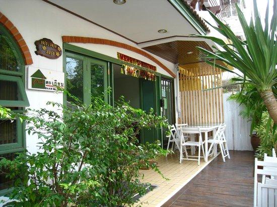 Baan Na Takiab: Hotel terrace