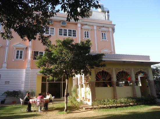 Hotel Anuraag Villa: Kitchen and grounds