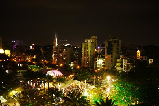 Liberty Hotel Saigon Parkview: 夜景,對面那個不是紅教堂