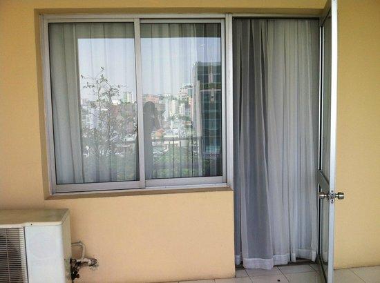 Liberty Hotel Saigon Parkview: 陽台門窗