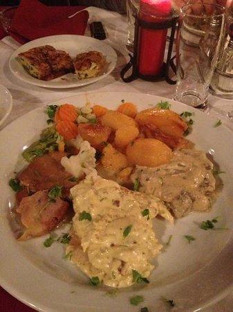 restoran ellas: Очень вкусное мясо с гарниром
