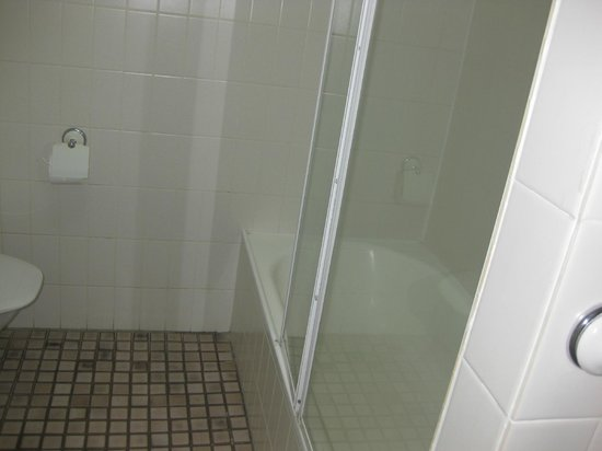 Paradise Centre Apartments: did not expected the bathroom to be like this