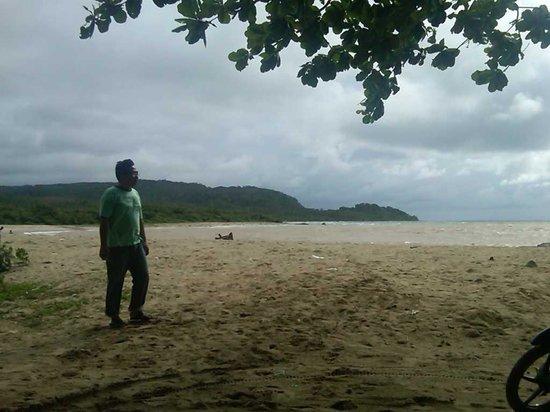 suasana pantai tanjung Lesung