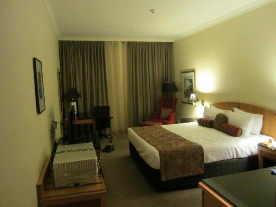 Duxton Hotel: それなりに広い。きちんとビジネス用のデスクもあり満足。