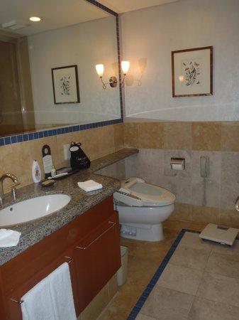 Oakwood Premier Coex Center: toilet