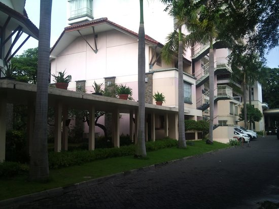 Novotel Surabaya Hotel and Suites: tampilan bagian belakang hotel
