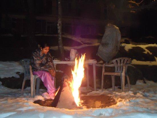 Sparsh Resort: bonfire in hotel lawn
