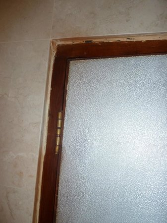 Grand Istana Rama Hotel Bali: Look at the door seals