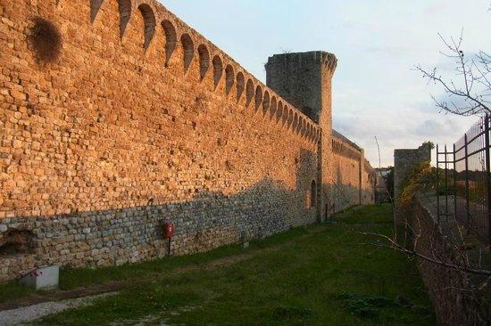 La Fenice Park Hotel: Surrounding ancient wall of Massa Marittima