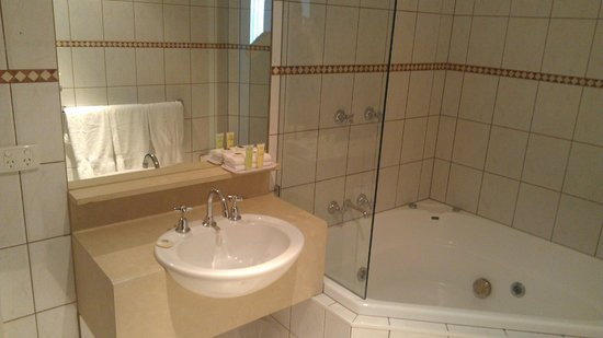Brighton Savoy: Bathroom in Standard Queen Room with spa bath