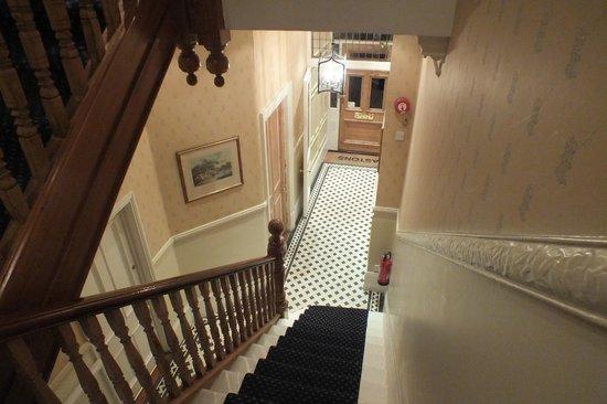 Astons Apartments: Entrada pasillo