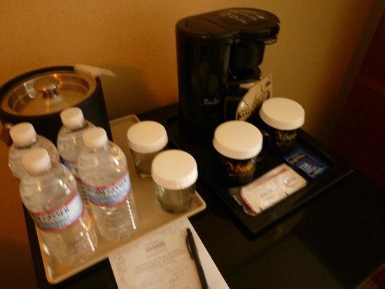 Miyako Hotel Los Angeles: 1ドルの水