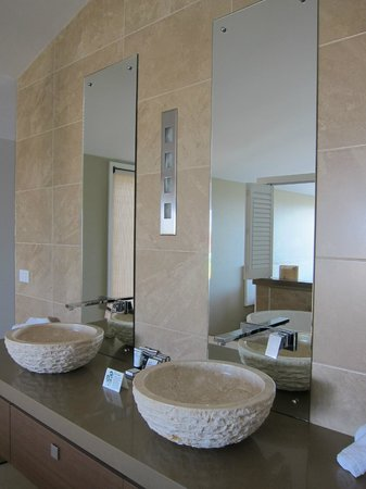 Caves Beachside Hotel: Double basins