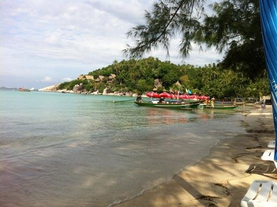 Koh Tao Coral Grand Resort: the view of the beach from the restaurant tables