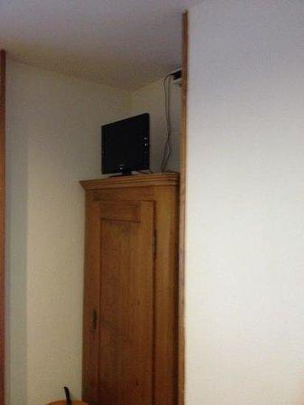 Hotel Chalet Capriolo: tv sull'armadio... originale!!!