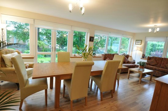 Cramond Lodge B&B: Breakfast and Dining Room with second lounge and TV
