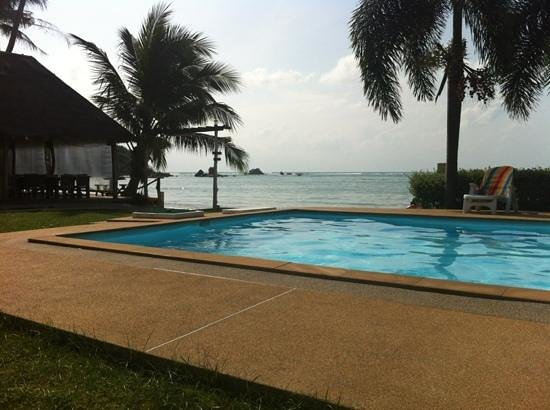 Samui Tonggad Resort: the pool and restaurant by the beach