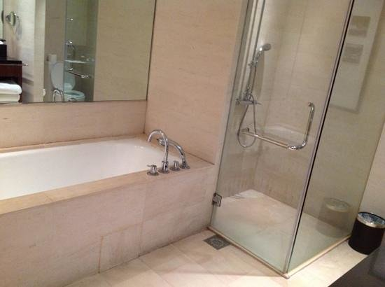 Amara Sanctuary Resort Sentosa: bathroom is spacious, hot and cold water working well