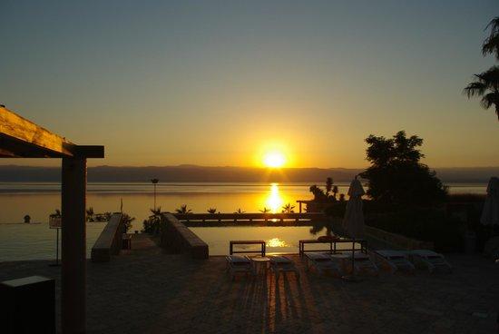 Kempinski Hotel Ishtar Dead Sea: プールサイドから見るサンセット