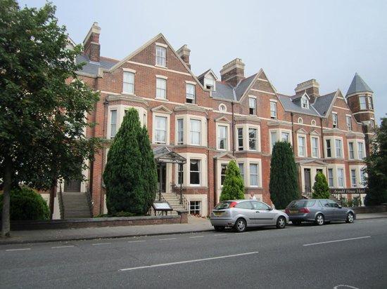 Arundel House Hotel: ホテルの外観はお洒落な古い洋館風です。